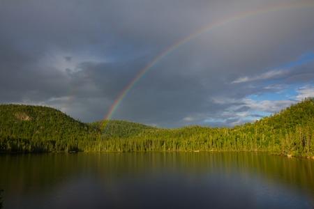 Regenbogen �ber dem See, Nord-Ontario, Kanada Lizenzfreie Bilder