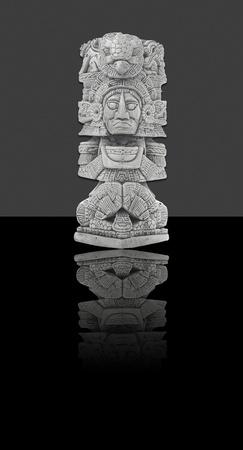 totem indien: Statue mexicain - isol� sur fond noir et gris