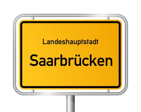ortseingangsschild: Ortseingangsschild Saarbrcken vor wei�em Hintergrund - Hauptstadt des Bundeslandes Saarland, Deutschland
