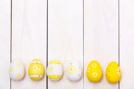 Happy Easter! Easter eggs on white wooden background. Top view with copy space Standard-Bild