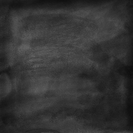 Un tableau noir nettoyé. Traces de craie et éponge humides sont visibles. La texture de fond.
