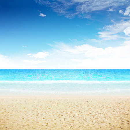 cielo despejado: Clara cielo e isla playa. Disparo de verano