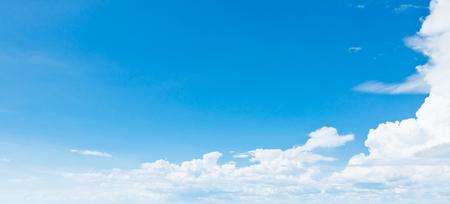 여름 하늘과 좋은 날씨입니다. 흰 구름 스톡 콘텐츠