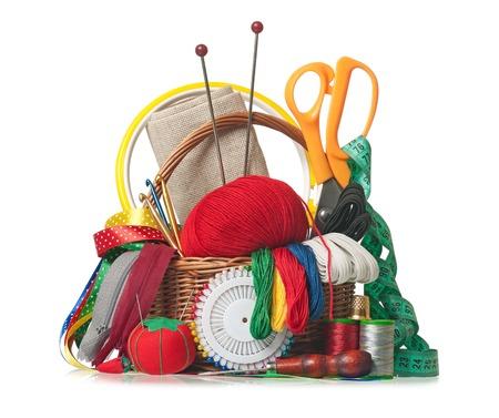 ミシンと編み物の白い背景で隔離の付属品