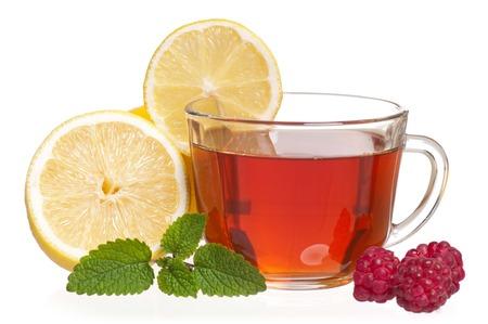 흰색에 고립 된 차와 딸기와 유리 컵