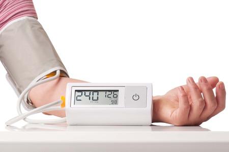 흰색 배경 위에 전자 압력 측정 장치에 의해 고정 고혈압 위기 스톡 콘텐츠