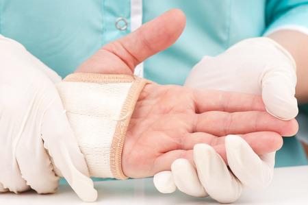 부상 된 여자 손 붕대 확대하여 붕대