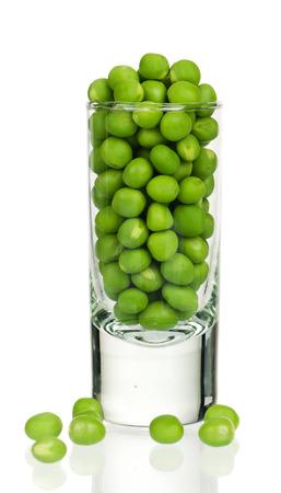 흰 배경에 고립 된 유리에 신선한 녹색 완두콩 스톡 콘텐츠