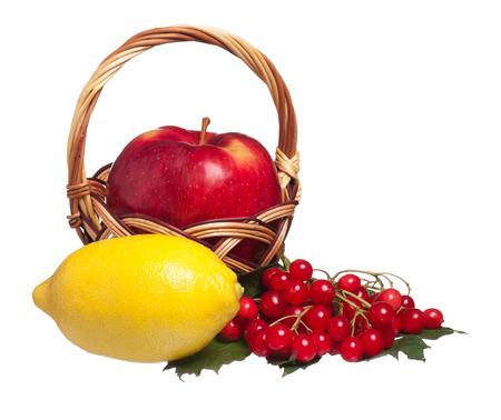arrow wood: Lim�n amarillo, flecha de madera y manzana madura en una cesta de mimbre aislada sobre blanco