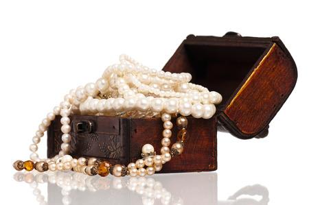 cofre del tesoro: Cofre de madera de la vendimia con collares de perlas aisladas sobre fondo blanco