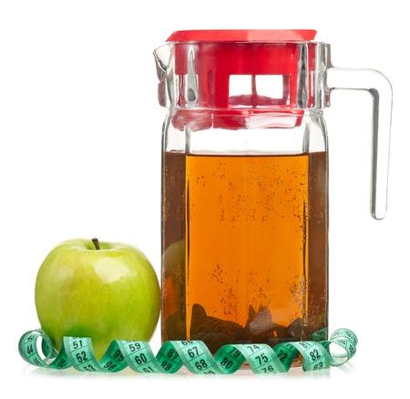 vaso de jugo: jugo de manzana fresca en la jarra aislada sobre fondo blanco