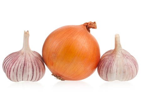 cebolla: Cebolla cruda con bulbo de ajo aislado en el recorte de blanco