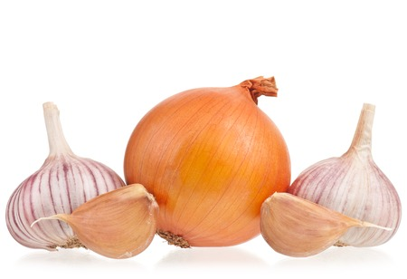 clean artery: Raw onions with garlic bulbs isolated on white background