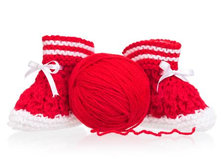 hilo rojo: bootee poco linda con hilo acr�lico aislada sobre fondo blanco