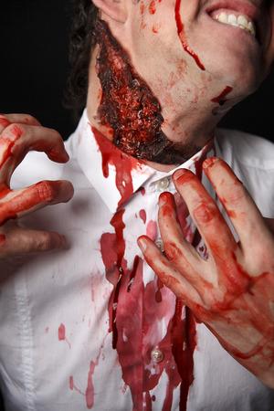 psychopathe: Psychopathe avec les doigts sanglants dans une chemise blanche Banque d'images
