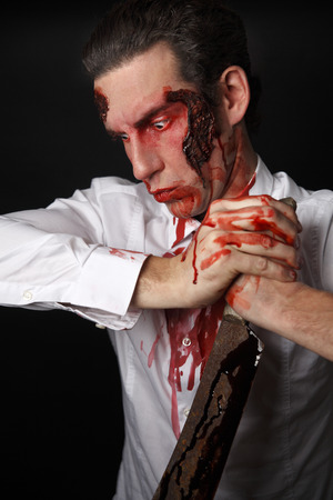 psychopathe: Psychopathe avec couteau sanglant dans une chemise blanche