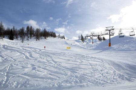skipiste: Ski in den �sterreichischen Alpen mit sonnigem Wetter laufen Lizenzfreie Bilder