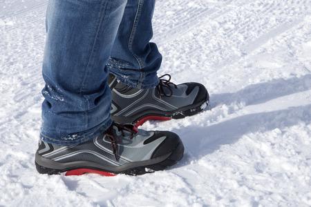 zapatos de seguridad: Zapatos de seguridad en las monta�as nevadas y soleadas Foto de archivo