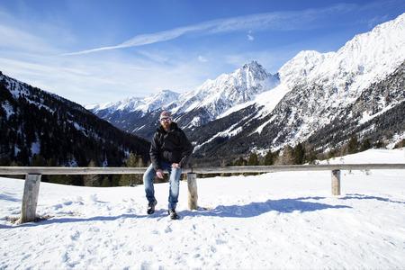 paysage hiver: Jeune homme b�n�ficie paysage d'hiver en Autriche