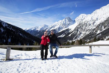 paysage hiver: Happy couple ayant du plaisir dans le paysage d'hiver