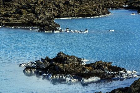 blue lagoon: Lattea e l'acqua blu del bagno geotermico Blue Lagoon in Islanda