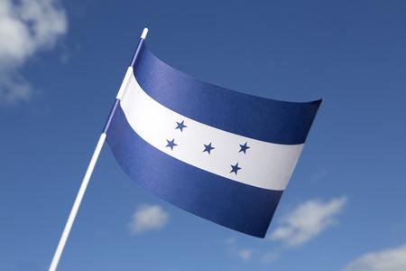 bandera honduras: Bandera de Honduras frente a un cielo azul