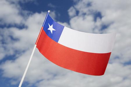 bandera de chile: Bandera de Chile frente a un cielo azul Foto de archivo