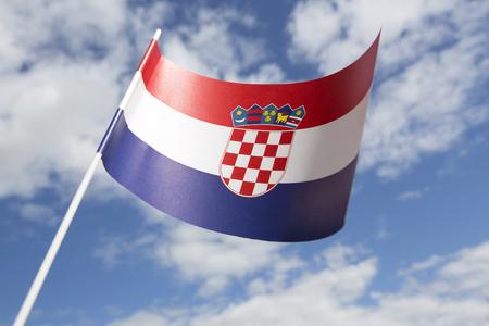 bandera de croacia: Croacia bandera delante de un cielo azul