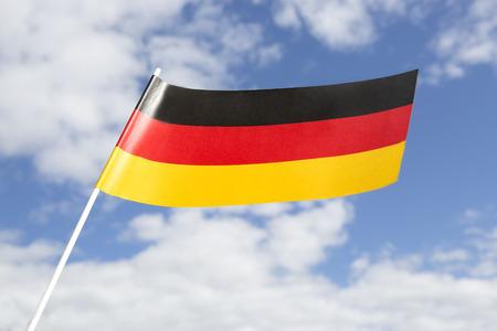 bandera alemania: Bandera de Alemania en frente de un cielo azul