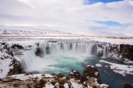 오랜 시간 노출 아이슬란드에서 겨울에 폭포 Godafoss 스톡 콘텐츠