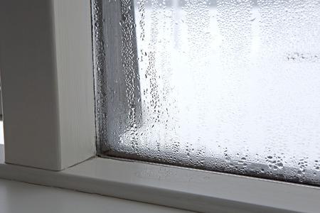 condensacion: Humedad fuerte en una ventana en invierno Foto de archivo