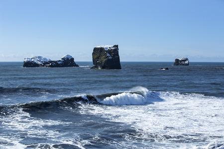 obrero: piedras de basalto en el océano, Vik, Islandia en invierno