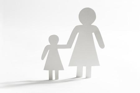 madre soltera: madre sola con la hija, figuras de papel