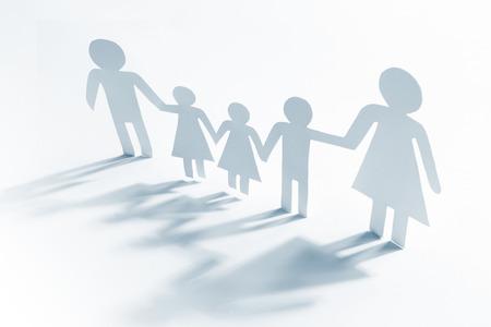 madre soltera: madre soltera con cuatro hijos, figuras de papel