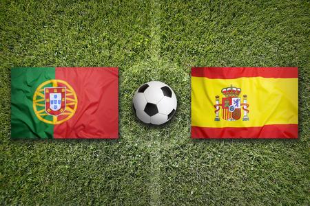 緑のサッカー フィールドのポルトガル対スペイン フラグ 写真素材 - 56930081
