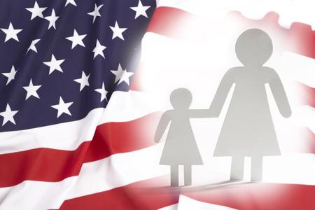 madre soltera: madre sola con la hija en Estados Unidos, figuras de papel Foto de archivo