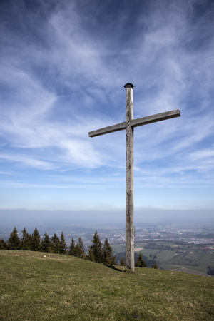 Summit cross on mountain Blomberg in Bavaria, Germany Stockfoto