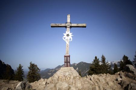 Summit cross of mountain Heuberg, Bavaria, springtime Stockfoto
