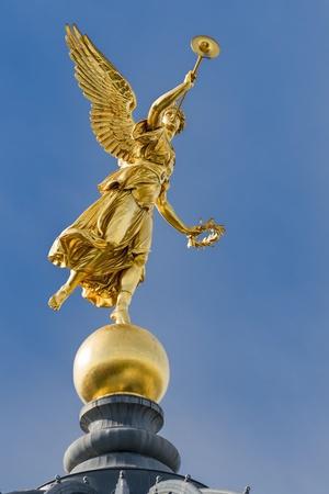 ドレスデンの歴史的な家の上にトランペットで黄金の天使