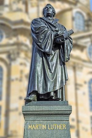 Standbeeld van Maarten Luther in de voorkant van de Frauenkirche in Dresden Duitsland