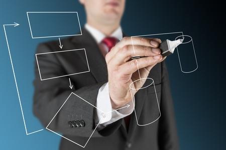 青い背景上のビジネスの男性がコンピューター システム プロセスについて白空フロー図を描画します。