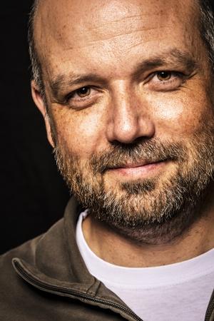 ojos marrones: Retrato de un hombre de aspecto amable, calvo y sin afeitar Foto de archivo