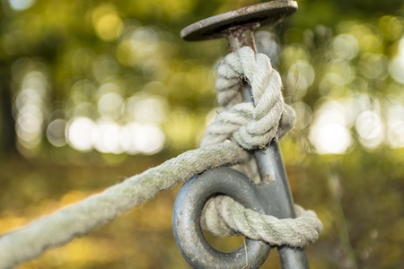 belaying: Picture of a rope knot on a metal pin