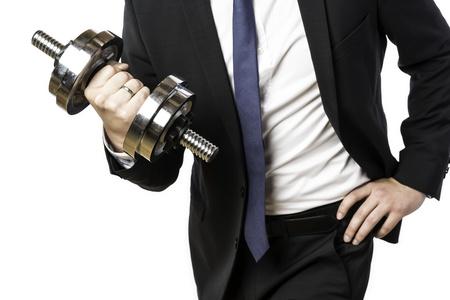 hombre fuerte: Hombre de negocios en traje negro, sosteniendo una mancuerna de plata en la mano derecha