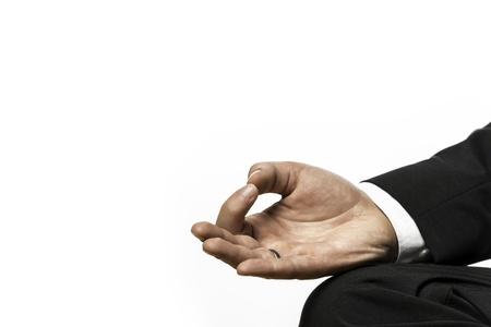 Close-up van de hand van een zakenman die in lotushouding op een yoga oefening