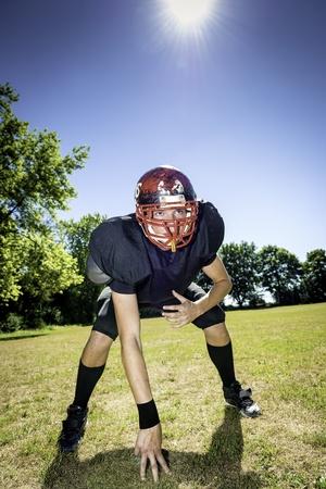 アメリカン ・ フットボール プレーヤー 3 ポイント スタンスで攻撃的な架線工夫 写真素材