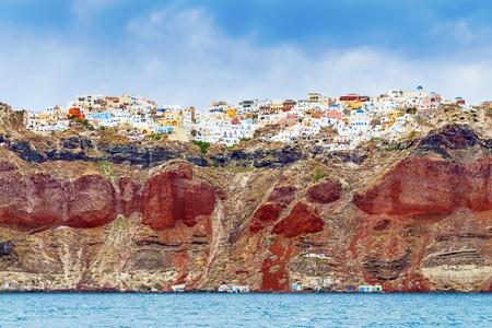 Kijk naar de rotsen met Oia op Santorini van de zee