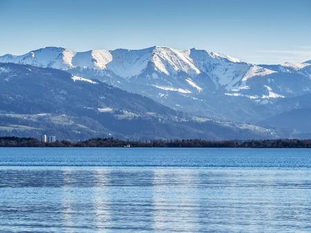 Obrázek Bodamského jezera Bodensee s modrou oblohu a mraky v Bavorsku, Německo