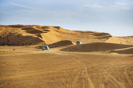 Afbeelding van off-road auto's in de Wahiba woestijn Oman