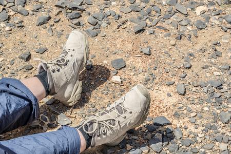 tramping: Primer plano de andar por las botas de una persona descansando en Jebel Shams Om�n Foto de archivo